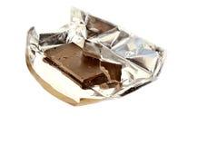 Arrancado con los dientes una barra de chocolate Imagen de archivo libre de regalías