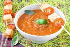 _vegetal poner crema sopa con tomate y tostada foto de archivo