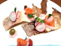 Arrancador dinning fino con los salmones y los pasteles imagen de archivo