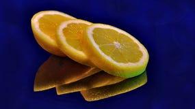 Arranged skivad citron med reflexion i exponeringsglas royaltyfri foto