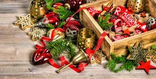 Arrangemen festivos de los ornamentos de las chucherías de las estrellas de las decoraciones de la Navidad Foto de archivo