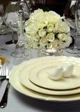Arrangement blanc de table de salle à manger de mariage - fin  Photographie stock libre de droits