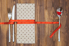 Arrangement, couteau, fourchette, cuillère et serviette de dîner de Saint-Valentin Photo stock