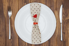 Arrangement, couteau, fourchette, serviette et plat de dîner de Saint-Valentin Photo stock