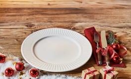 Arrangement décoré de table de Noël avec le plat Photo libre de droits