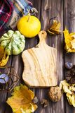 Arrangement d'automne avec l'espace en bois de copie de planche à découper, congé sec photos libres de droits