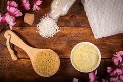Arrangement de bien-être Sel de mer dans la cuvette, la serviette, la brosse de massage et la goupille photographie stock