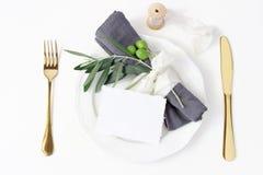 Arrangement de fête d'été de table Couverts d'or, branche d'olivier, serviette de toile, plat de dîner de porcelaine et ruban de  image libre de droits