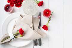 Arrangement de fête de table avec les roses rouges Image libre de droits
