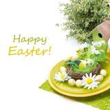 Arrangement de fête de table de Pâques avec des décorations, d'isolement Photographie stock