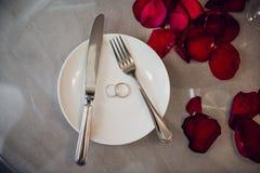 Arrangement de fête de table pour le jour de valentines sur le fond clair Photos libres de droits