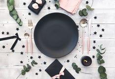 Arrangement de fête de table au style rustique de vintage avec les bougies et l'eucalyptus photos libres de droits
