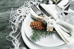 Arrangement de fête de table avec le cône pour Noël Images stock