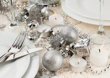 Arrangement de fête de table avec les couverts argentés Photos stock