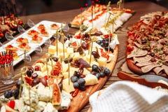 Arrangement de luxe de table de banquet dans le restaurant Tableau avec les casse-croûte photo stock