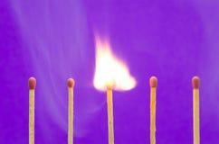 Arrangement de match de Burnning sur le fond pourpre pour les idées et l'inspir Photo stock