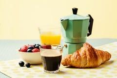 Arrangement de petit déjeuner avec du café et le jus d'orange Image stock
