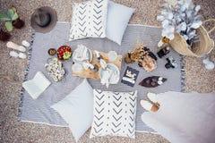 Arrangement de pique-nique pour le dîner de couples Photo libre de droits