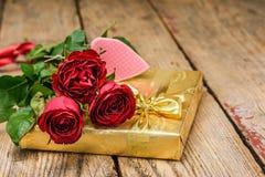 Arrangement de Saint-Valentin avec les roses rouges et le boîte-cadeau de а photos stock