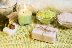 Arrangement de station thermale avec du savon, l'huile d'olive, les sels de bain et la bougie naturels image libre de droits