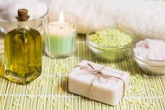 Arrangement de station thermale avec du savon, l'huile d'olive, les sels de bain et la bougie naturels images libres de droits