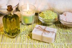 Arrangement de station thermale avec du savon, l'huile d'olive, les sels de bain et la bougie naturels photo libre de droits