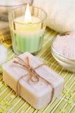 Arrangement de station thermale avec du savon, les sels de bain et la bougie naturels images libres de droits