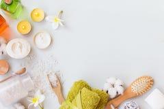 Arrangement de station thermale de bien-être avec du savon, la crème, les bougies et les serviettes naturels sur un fond en bois  images stock
