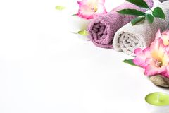 Arrangement de station thermale de serviette, fleur d'isolement sur le fond blanc avec l'espace de copie Images libres de droits