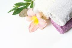 Arrangement de station thermale de serviette, fleur d'isolement sur le fond blanc avec l'espace de copie Photos stock