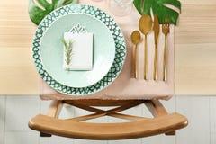 Arrangement de table de couleur verte avec la carte et le décor floral photo libre de droits