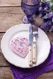 Arrangement de table d'été Fleurs bleues et violettes, coeur rose, kni images stock