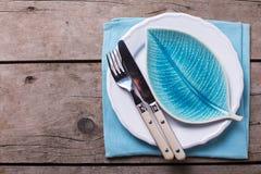 Arrangement de table d'été Plat décoratif sous la forme de feuille, de couteau et de fourchette du plat blanc photographie stock libre de droits