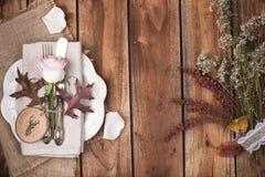 Arrangement de table d'automne, décor des feuilles et potiron Un dîner de fête dans un style de vintage Fond et espace libre de v photo libre de droits