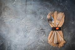 Arrangement de table d'automne de Halloween avec des couverts sur le fond concret foncé photo libre de droits