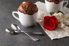 Arrangement de table de jour de valentines avec des tasses, des coeurs rouges, le ruban et le r Photo libre de droits