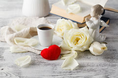 Arrangement de table de jour de valentines avec des tasses, des coeurs rouges, le ruban et le r Image libre de droits
