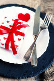Arrangement de table de jour de valentines avec le plat blanc, fourchette, couteau, rouge Images stock