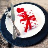 Arrangement de table de jour de valentines avec le plat blanc, fourchette, couteau, rouge Images libres de droits