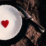 Arrangement de table de jour de valentines avec le plat, la fourchette, le couteau et le r blancs Images libres de droits