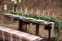 Arrangement de table de mariage avec les plats blancs Images stock