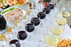 Arrangement de table de mariage dans le restaurant photographie stock libre de droits