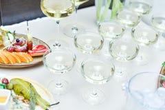 Arrangement de table de mariage dans le restaurant images stock