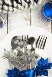 Arrangement de table de Noël dans le ton argenté et bleu sur la table en bois Photo libre de droits