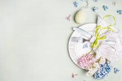 Arrangement de table de Pâques avec la décoration de vacances, les fleurs de jacinthes et l'oeuf Images libres de droits
