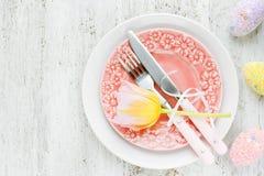 Arrangement de table de Pâques avec la fleur et l'oeuf de pâques