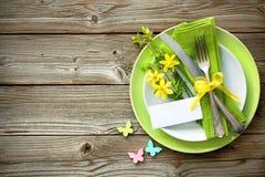 Arrangement de table de Pâques avec la jonquille et les couverts images stock