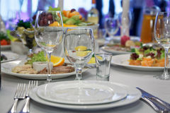 Arrangement de table de restaurant de nourriture Photos libres de droits