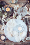 Arrangement de table de vintage avec des pétales de rose Photographie stock