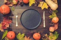 Arrangement de table de jour d'automne et de thanksgiving avec les feuilles tombées, les potirons, les épices, le plateau noir vi photos libres de droits